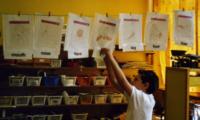 englische Begriffe hängen im Klassenzimmer