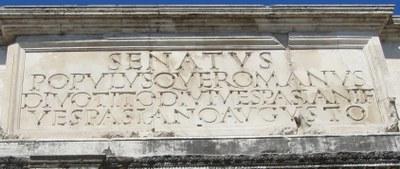 Die antike Inschrift auf dem Titusbogen