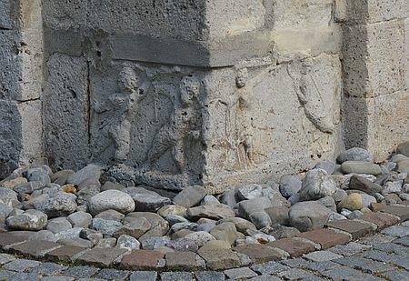 Reliefs an der Außenmauer der Kirche in Rißtissen