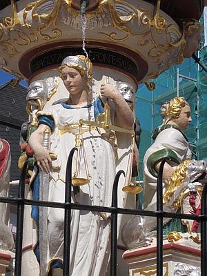 Figur der Gerechtigkeit (iustitia) am Petrusbrunnen in Trier