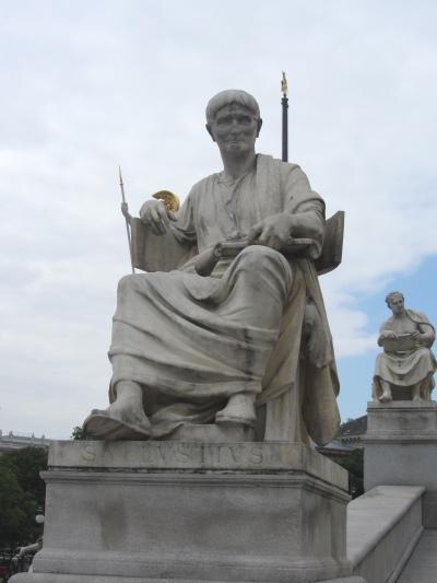 Sallustdenkmal am Wieder Parlament, Sallustius