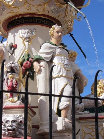 Die Figur der Fortitudo (Tapferkeit) auf dem Petrusbrunnen in Trier