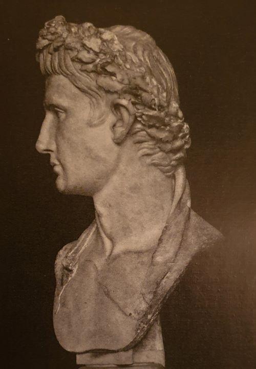 Augustus mit der Eichenkrone, aus einem alten Buch