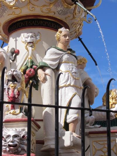 Figur der Iustitia (Gerechtigkeit) am Petrusbrunnen in Trier