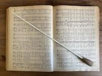 Der Dirigent / die Dirigentin und die Partitur
